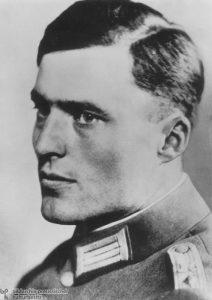 Oberst Claus Graf Schenk von Stauffenberg im Range eines Oberleutnants.