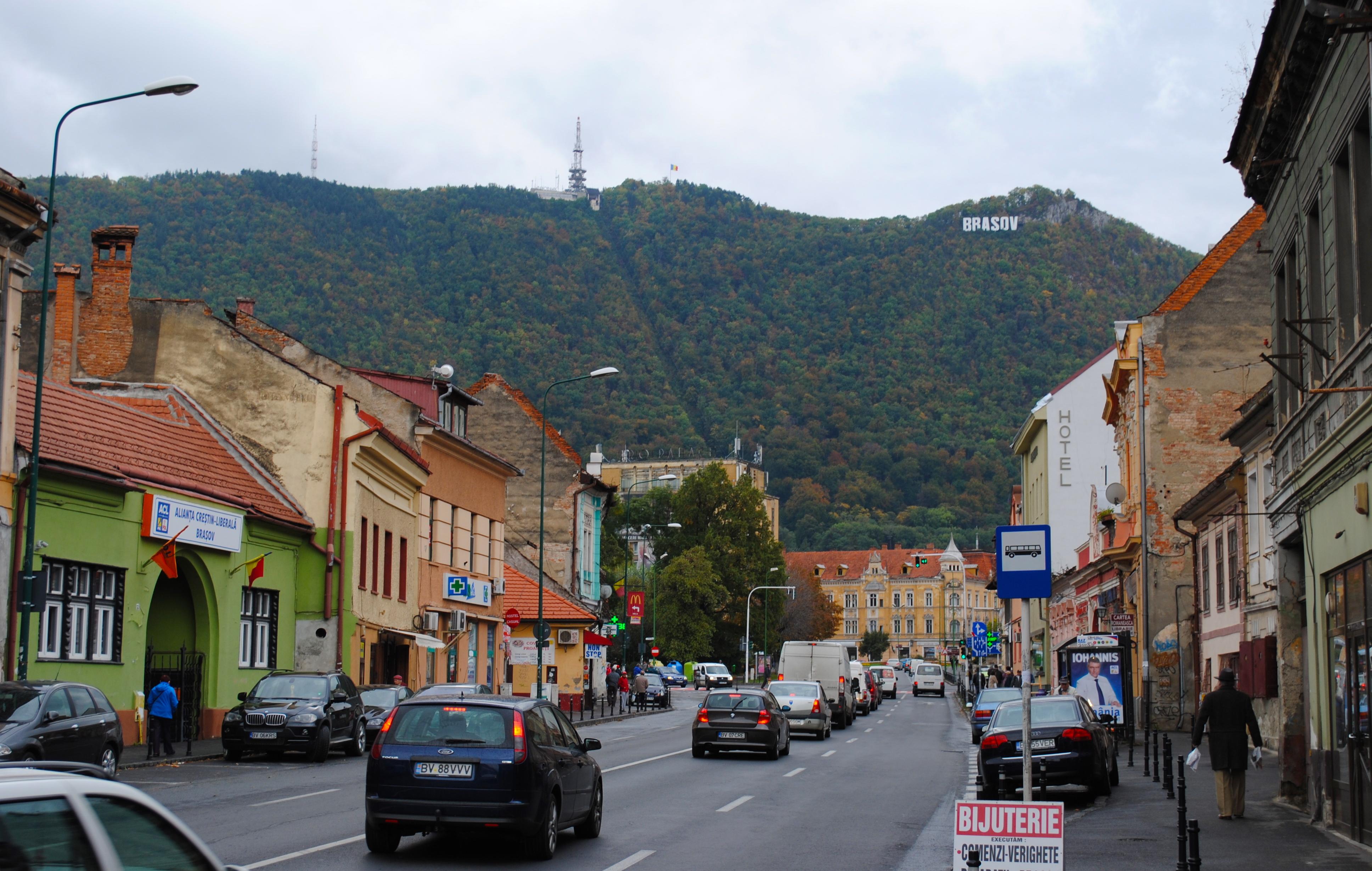 Strada Lungă, Braşov, med kontorene for ACL -- alliansen mellom PNL og PLD -- til venstre, og en valgplakat for Iohannis i høyre kant. (Foto: Steinar Lone, 8. oktober 2014 )