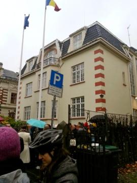 Utenfor den rumenske ambassaden i Oslo ved første valgomgang. Foto: Jeni Miclos.