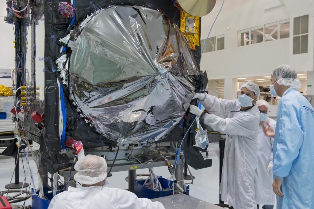 Antennen til satelitten Sentinal-3a pakkes inn for beskyttelse mot de høye temperaturene i bane rundt jorden. Sentinel-3a sendes opp i 2015 og kan blandt annet måle temperaturen i havet. Kilde: ESA