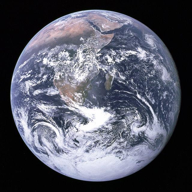 Jorden sett fra Apollo 17, på vei til månen. Kilde: Wikimedia Commons.