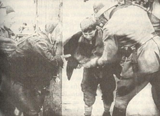 Warszawa-gettoen: En gutt blir tatt i å smugle av en tysk vakt.