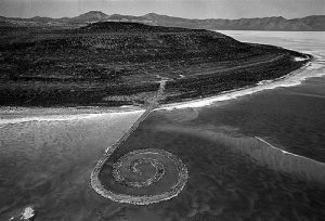 (2) Spiral Jetty av Robert Smithson (1970).