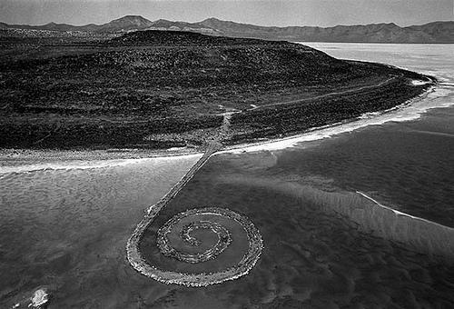 (2) Spiral Jetty av Robert Smithson (1970).