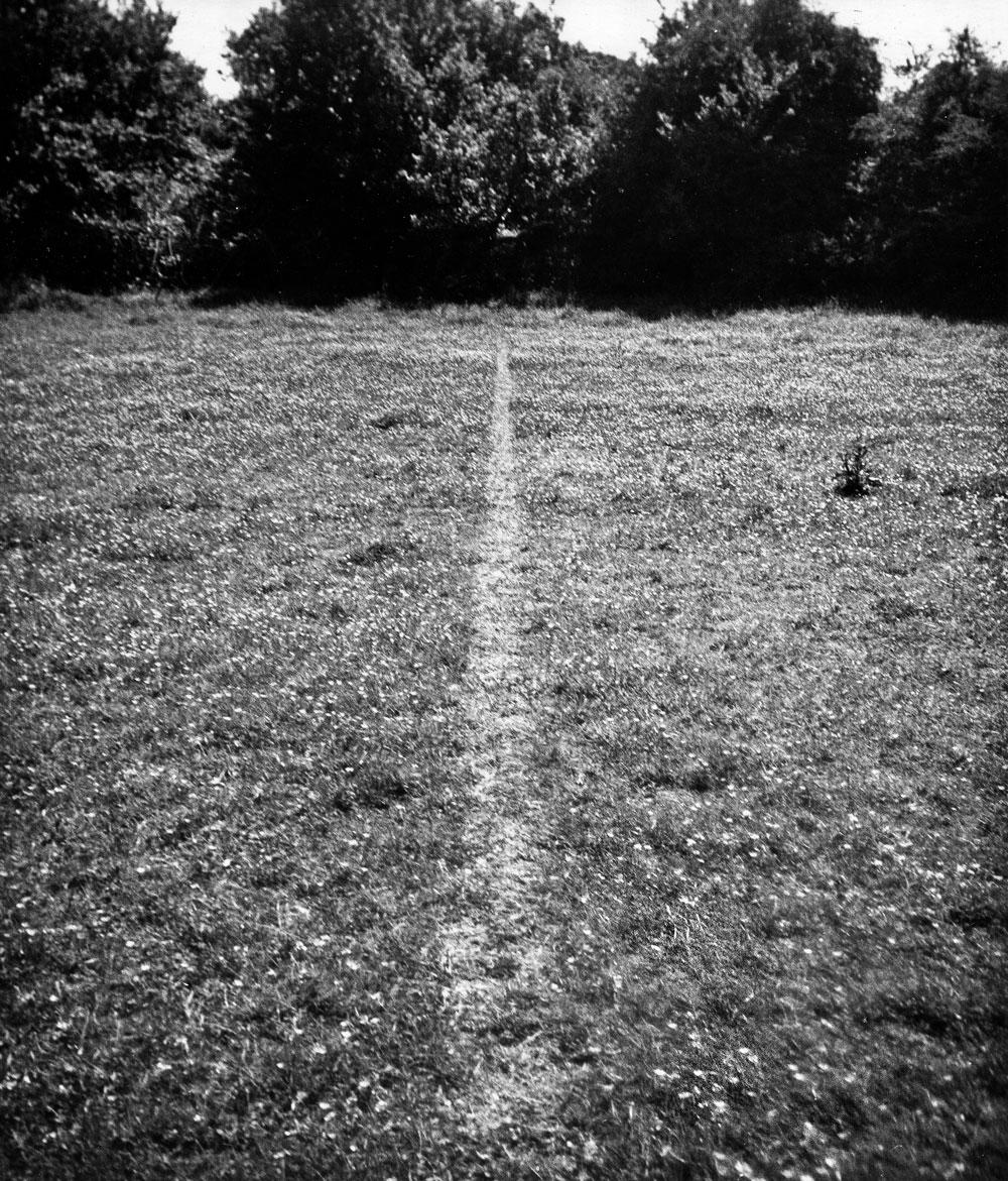 (4) A line made by walking av Richard Long (1967).